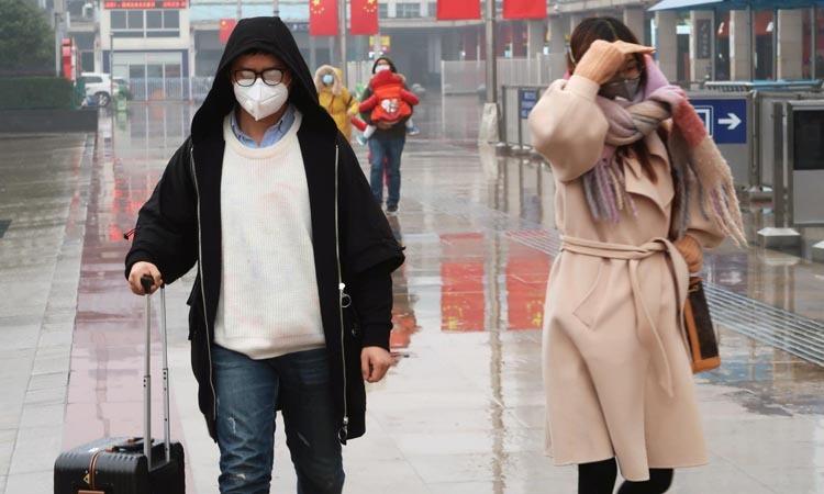 Các hành khách đeo khẩu trang tại ga đường sắt Trường Sa, tỉnh Hồ Nam, Trung Quốc hôm 25/1. Ảnh: Reuters.