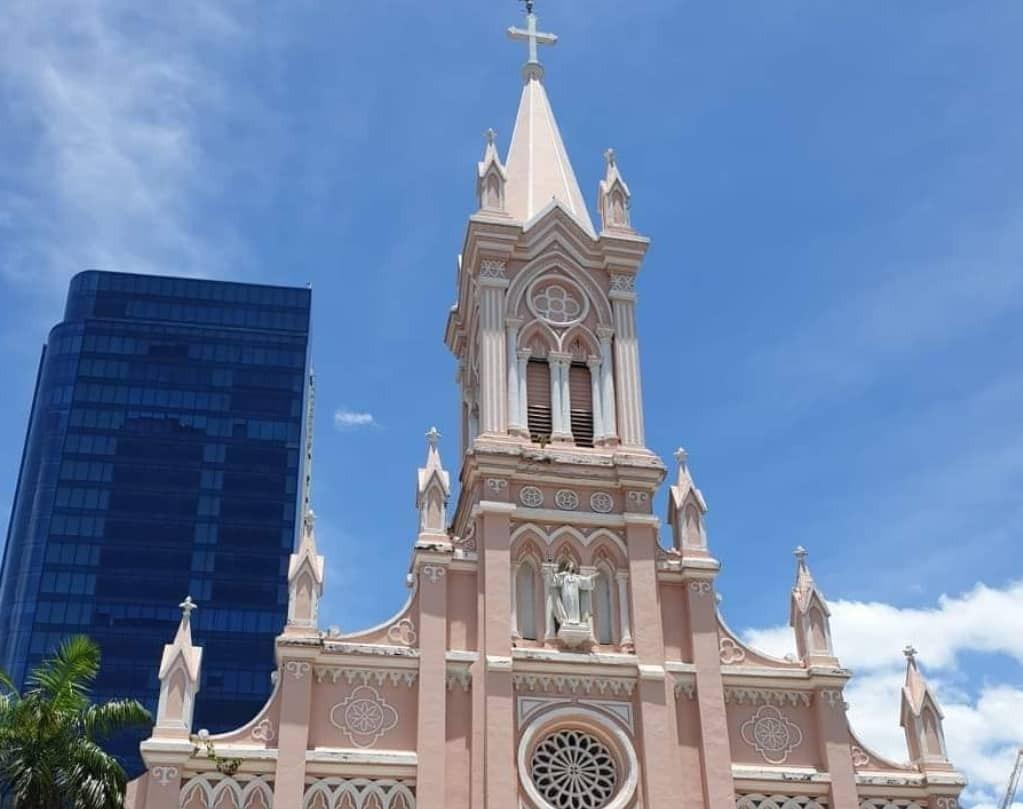 Nhà thờ, khách sạn không tiếp du khách vì lo ngại dịch viêm phổi