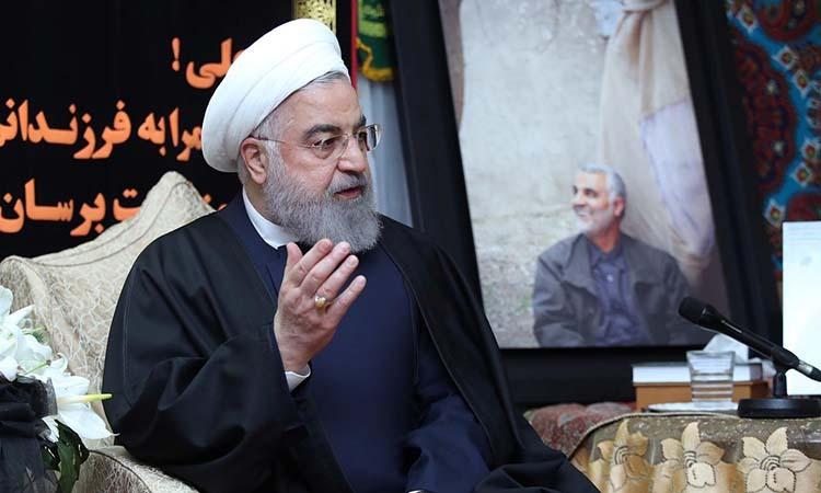Tổng thống Iran phát biểu tại nhà riêng của tướng Soleimani hôm 4/1. Ảnh: Reuters.