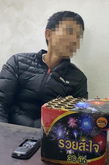 Một người đàn ông bị tạm giữ cùng tang vật ngay sau khi đốt pháo. Ảnh: Trần Tuấn