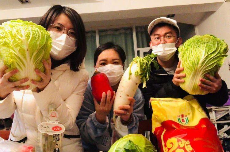 Lưu học sinh Việt Nam tại Đại học Sư phạm Hoa Trung tích trữ lương thực. Ảnh:Ngọc Nuôi.