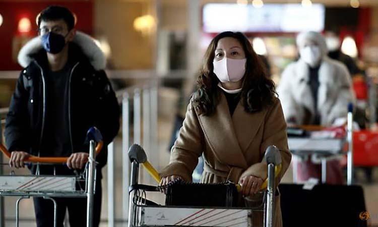 Khách du lịch từ một chuyến bay của Air China, Trung Quốc tại sân bay Charles de Gaulle, Paris ngày 26/1. Ảnh: Reuters.