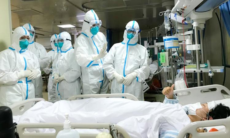 Các bác sĩ điều trị cho một bệnh nhân viêm phổi cấp tại Vũ Hán, Trung Quốc. Ảnh:Chine Nouvelle/SIPA