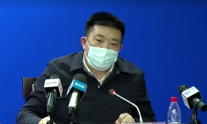 Thị trưởng Chu Tiên Vượng tại cuộc họp báo ở Vũ Hán ngày 26/1. Ảnh: Reuters.