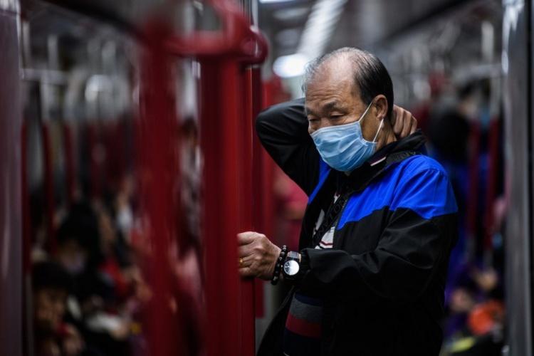 Một người dân Hong Kong đeo khẩu trang khi đi trên tàu điện ngầm ngày 27/1. Ảnh: AFP.