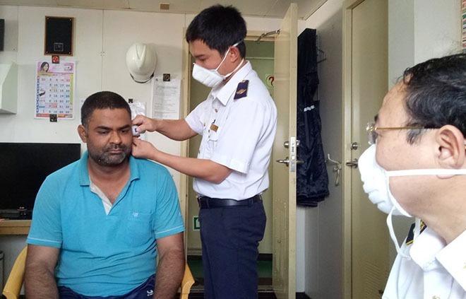 Một người nước ngoài làm việc ở cảng Vũng Áng, thị xã Kỳ Anh, được đo thân nhiệt trước khi nhập cảnh. Ảnh: CDC