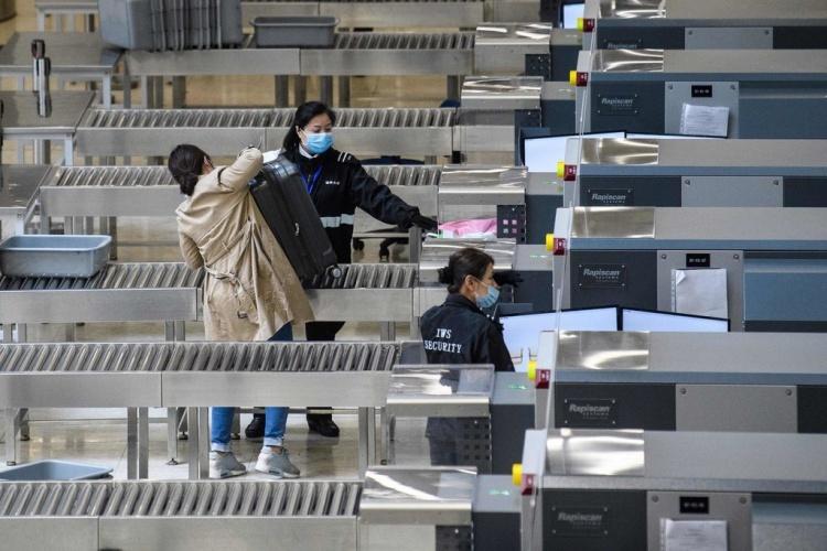 Điểm kiểm tra an ninh tại một trạm tàu cao tốc nối Hong Kong - Trung Quốc. Ảnh: NYT.