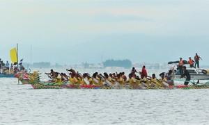 Hàng nghìn người cổ vũ đua thuyền ở cửa biển