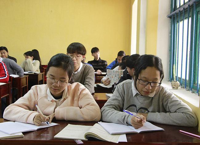 Ở lớp Nga cũng được ưu ái cho ngồi chung với nhóm Đại, Phụng. Ảnh: Võ Thạnh