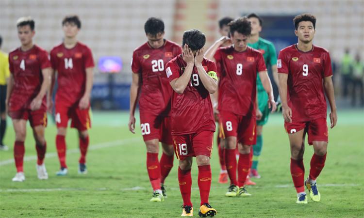 Quang Hải và đồng đội ôm mặt thất vọng khi rời sân sau trận thua Triều Tiên 1-2, dẫn tới việc Việt Nam sớm dừng bước từ vòng bảng giải U23 châu Á 2020. Ảnh: Đức Đồng.