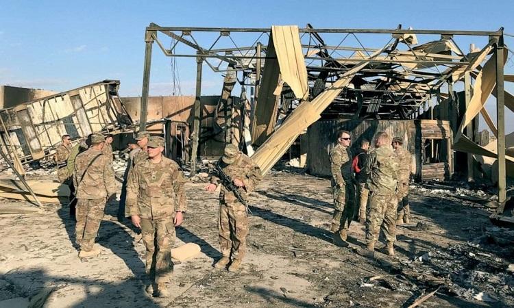 Lính Mỹ tại hiện trường vụ tấn công tên lửa của Iran nhắm vào căn cứ Ain al-Asad ở Iraq hôm 13/1. Ảnh: AFP.