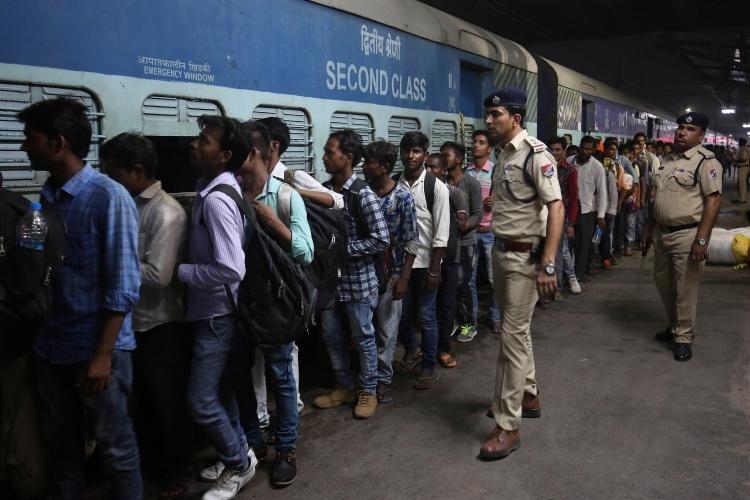 Hành khách tại ga Ahmedabad hồi tháng 10/2018. Ảnh: Reuters.