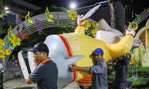 Dọn dẹp đường hoa Nguyễn Huệ trong đêm
