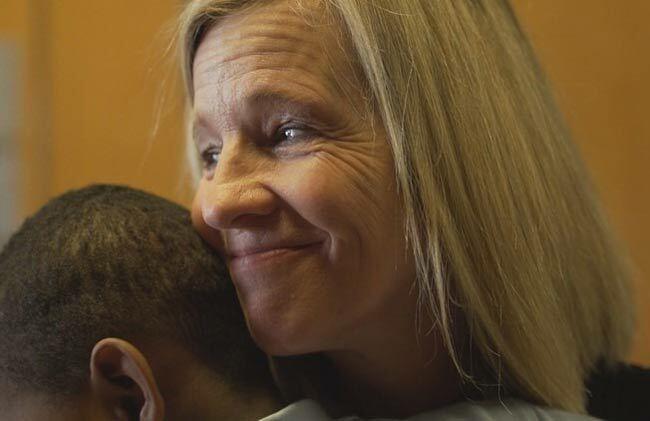 Sarah Schecter ôm William Jones, con trai của Nate Jones. Ảnh: WFAA.