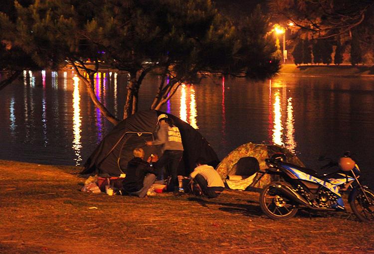 Nhiều người dân dựng lều bên hồ Xuân Hương qua đêm tối Mùng bốn Tết. Ảnh: Khánh Hương