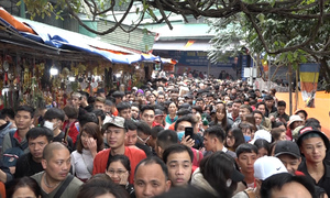 Xếp hàng hai tiếng vào lễ chùa Hương