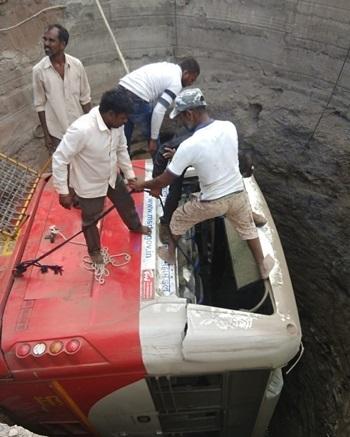 Hiện trường xe buýt rơi xuống giếng sau va chạm với xe lam ở bang Maharashtra, phía tây Ấn Độ hôm 28/1. Ảnh: India Today.