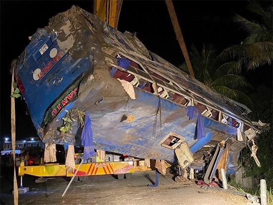 Xe giường nằm chở khách về quê đón Tết lật khi qua Phú Yên, tối 25/1. Ảnh:Phạm Đại.