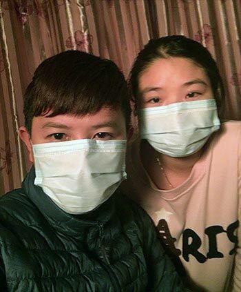 Vợ chồng anh Phi đeo khẩu trang ngay cả khi đang trong nhà. Ảnh: Nguyễn Văn Phi