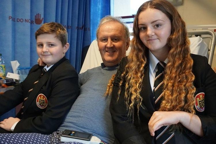 Ali và Dan cùng ông Kevin trong bệnh viện. Ảnh: Jason Lewis Bournemouth Echo/BNPS