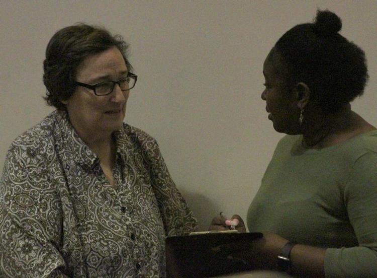 Cindy Nigh (trái) nói chuyện với cán bộ quản chế. Ảnh: Frank Fernandez.