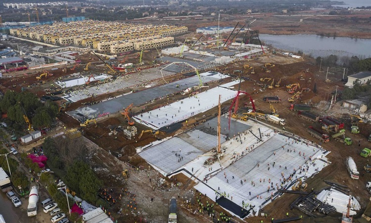 Bệnh viện Núi Lửa trong quá trình xây dựng hôm 28/1. Ảnh: China Daily.