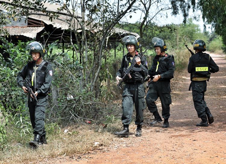 Cảnh sát bao vây khu vực Tuấn lẩn trốn. Ảnh: Hà An.