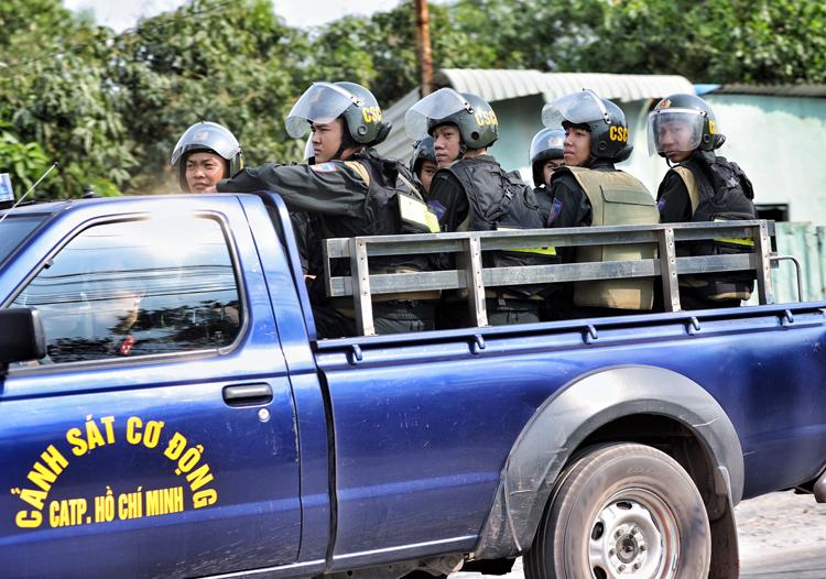 Cảnh sát vào khu vực nghi là nơi lẩn trốn của Tuấn. Ảnh: Hữu Khoa.