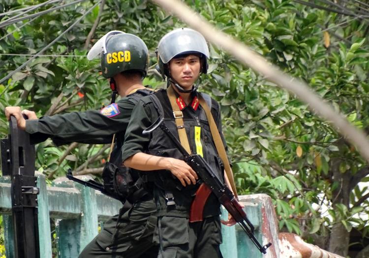 Cảnh sát chốt các lối vào dự án sinh vật cảnh. Ảnh: Hà An.
