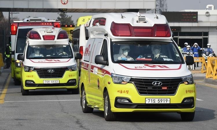 Xe cứu thương chở công dân Hàn Quốc hồi hương từ Vũ Hánrời sân bay Gimpo ở Seoulngày 31/1. Ảnh: AFP.