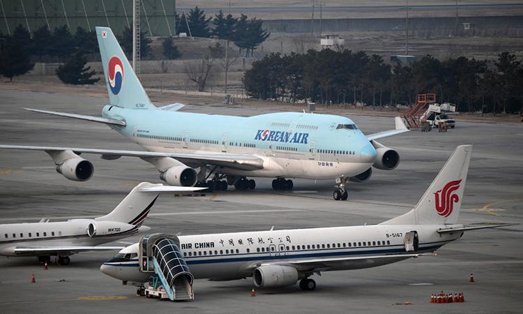 Máy bay của hãng Korean Air chở công dân Hàn Quốc từ Vũ Hán hạ cánh xuống sân bay tại Seoul ngày 31/12. Ảnh: AFP.