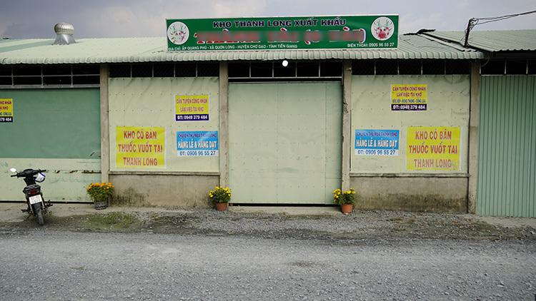 Một kho thu mua thanh long giáp ranh Long An và Tiền Giang đóng cửa im ỉm. Ảnh: Hoàng Nam