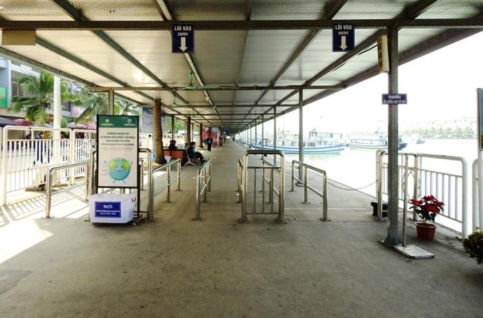 Khu vực kiểm soát vé khách du lịch xuống tàu vắng bóng du khách. Ảnh: Minh Cương