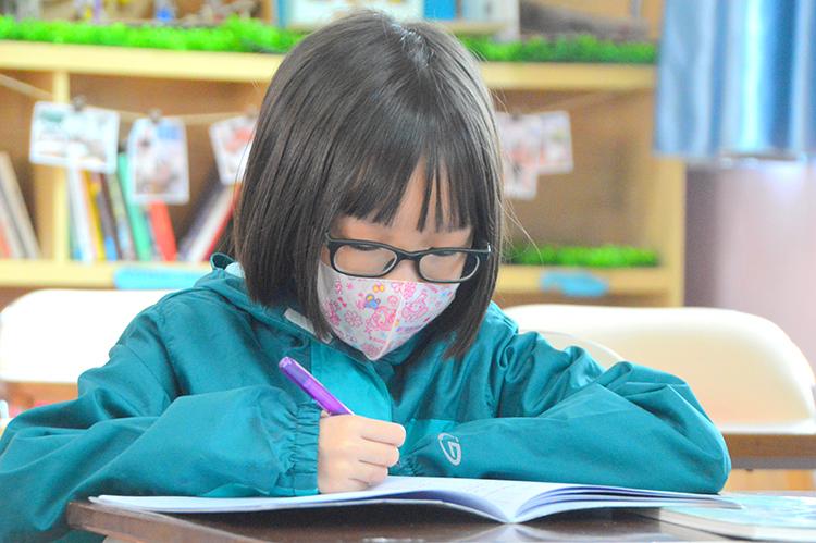 Một học sinh trường Tiểu học Pascal đeo khẩu trang trong giờ học. Ảnh: Pascal
