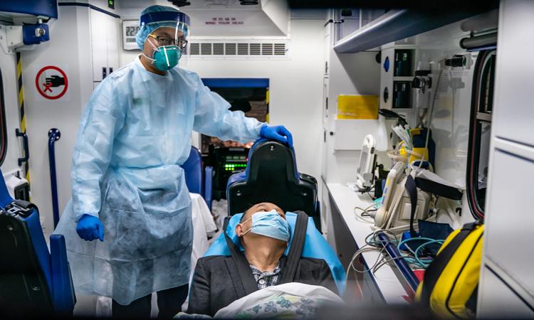 Một bệnh nhân trên xe cứu thương tới trung tâm bệnh truyền nhiễm tại bệnh viện Princess Margaret, Hong Kong hôm 22/1. Ảnh: Times.