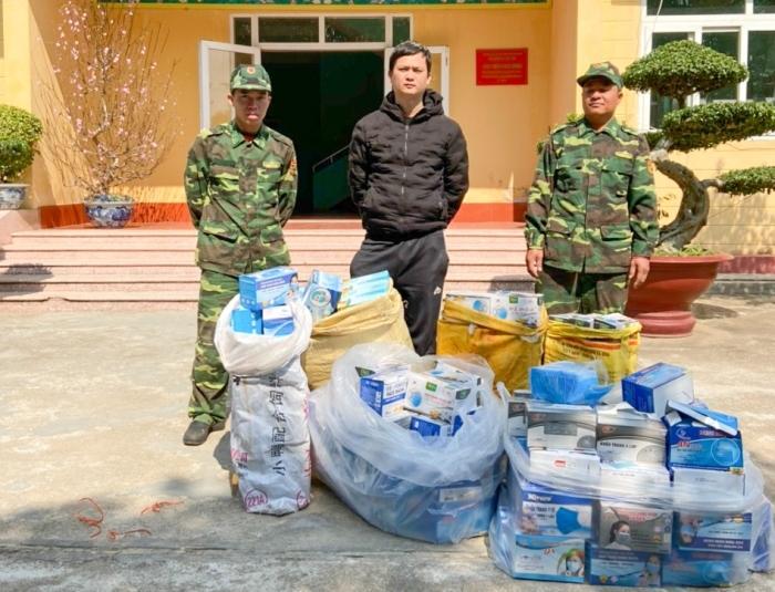 Quynh cùng số khẩu trang bị bắt giữ. Ảnh: Hữu Việt