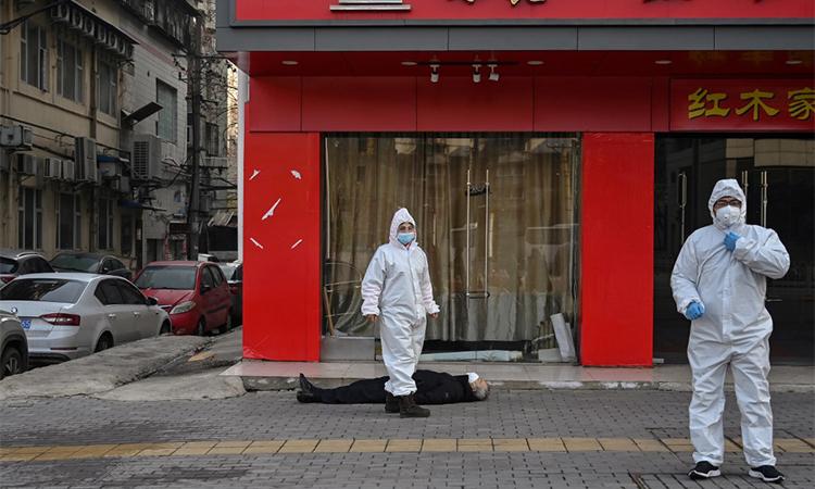 Thi thể người đàn ông trên vỉa hè ở Vũ Hán, thủ phủ tỉnh Hồ Bắc, Trung Quốcsáng 30/1. Ảnh: AFP.