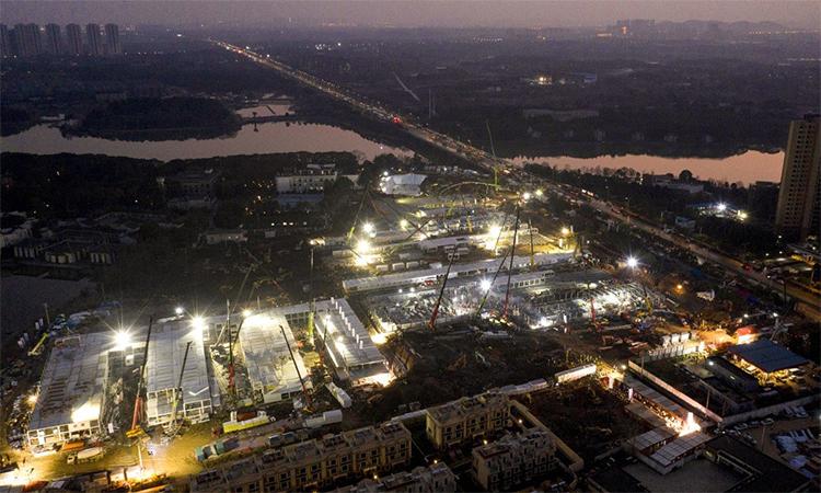 Công trường xây dựng bệnh viện dã chiến Hỏa Thần Sơn tại thành phố Vũ Hán, Trung Quốc. Ảnh: AP.