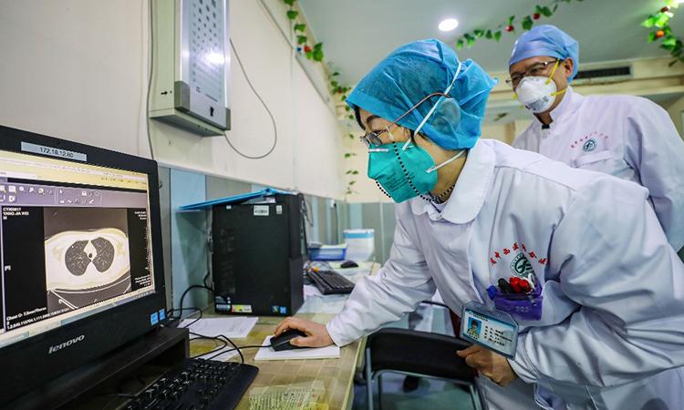 Bác sĩ kiểm tra ảnh chụp cắt lớp của bệnh nhân tại một bệnh viện ở Vũ Hán, Trung Quốc ngày 30/1. Ảnh: AFP.