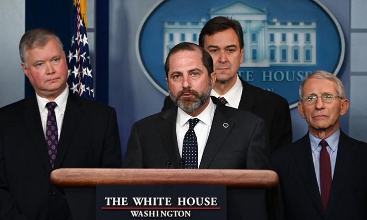 Bộ trưởng Y tế Mỹ Alex Azar (chính giữa) cùng các quan chức trong cuộc họp báo về dịch viêm phổi Vũ Hán tại Nhà Trắng ngày 31/1. Ảnh: AFP.