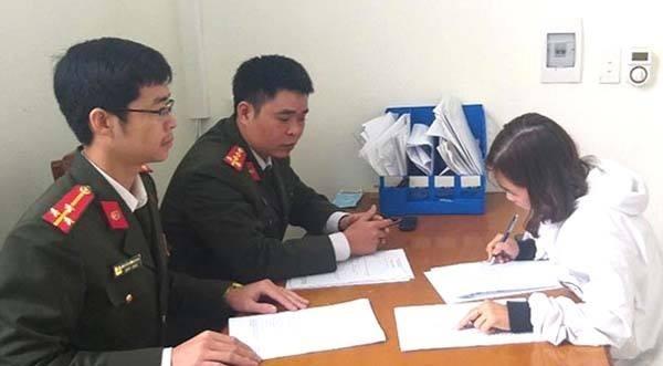 Công an TP Thanh Hóa làm việc Hà Thị Việt Trinh.Ảnh: Lam Sơn.