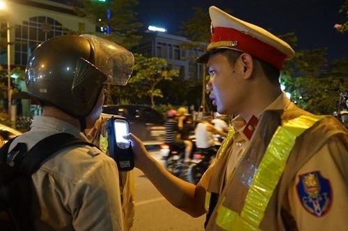 Cảnh sát đo nồng độ cồn của tài xế ở Hà Nội tháng 5/2019. Ảnh: Gia Chính