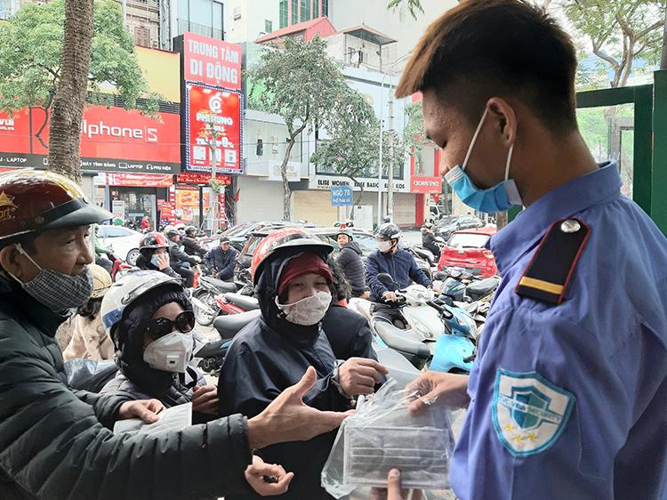 Tại phố Thái Hà, khoảng hơn 2.000khẩu trang đã được phát miễn phí cho người dân. Ảnh: Phạm Nga.