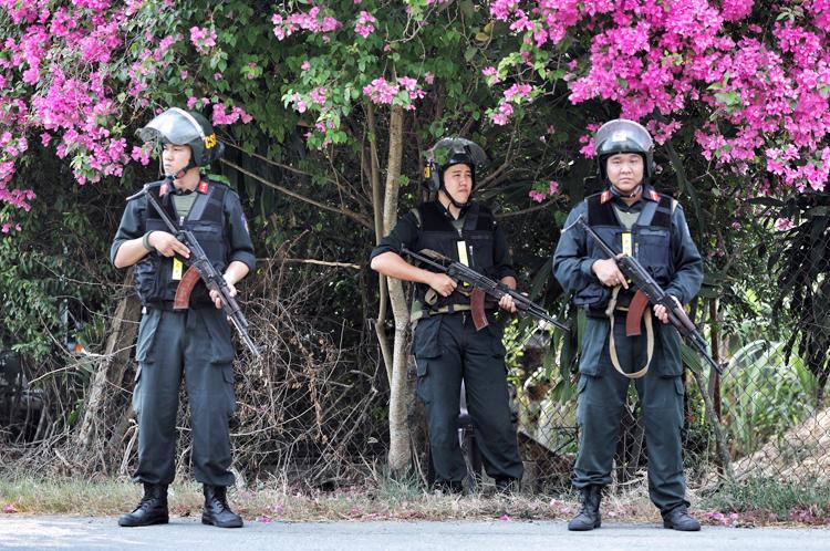 Hàng trăm cảnh sát vũ trang bố ráp ở ấp Bốn Phú truy tìm Tuấn Khỉ. Ảnh: Hữu Khoa.
