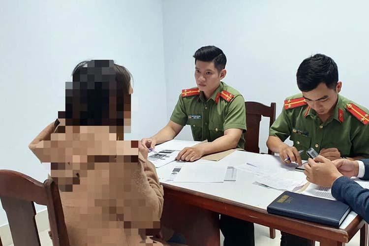 Một trong hai phụ nữ đăng thông tin sai trên mạng xã hội làm việc với công an Đà Nẵng. Ảnh: Hưng Lợi.