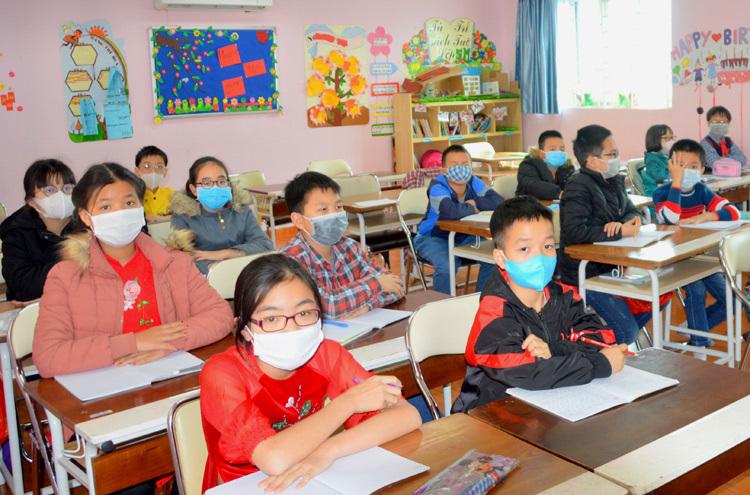 Học sinh trườn Pascal, quận Bắc Từ Liêm đeo khẩu trang trong lớp học. Ảnh: Xuân Quang