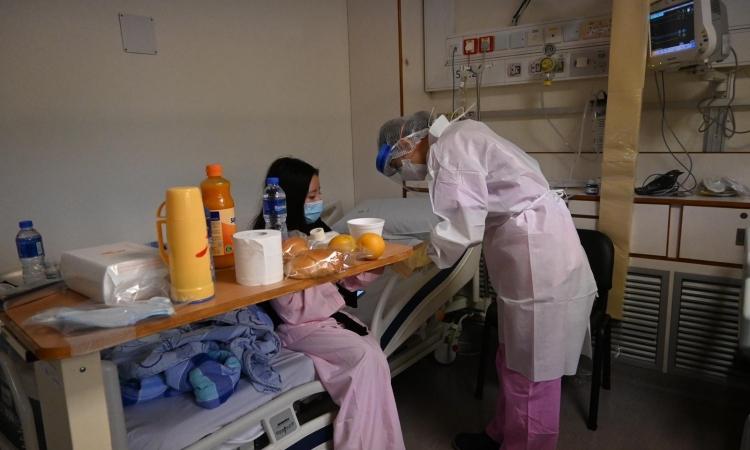 Một bệnh nhân trong khu vực cách ly của Bệnh viện Trung tâm Conde de S. Januario, Macau. Ảnh: CNN.