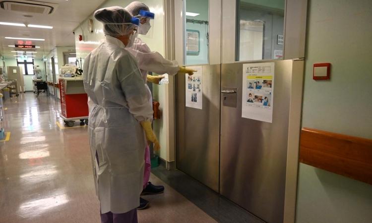 Các bác sĩ đeo khẩu trang và đồ bảo hộ tại khu vực cách ly của Bệnh viện Trung tâm Conde de S. Januario, Macau. Ảnh: CNN.