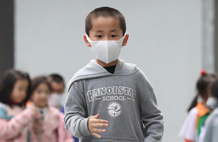 Học sinh tiểu học ở Hà Nội đeo khẩu trang tới trường. Ảnh: Ngọc Thành