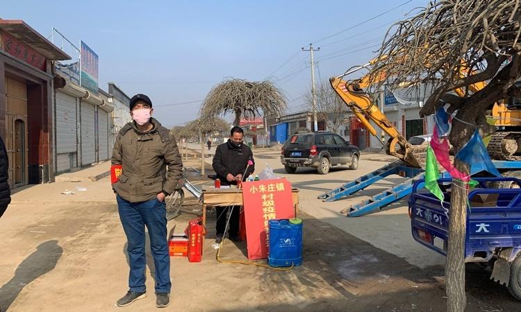 Với các chướng ngại vật và người bảo vệ canh gác, một ngôi làng ở ngoại ô Bắc Kinh tự đóng cửa với bên ngoài nhằm ngăn chặn dịch bệnh lây lan. Ảnh: AP.